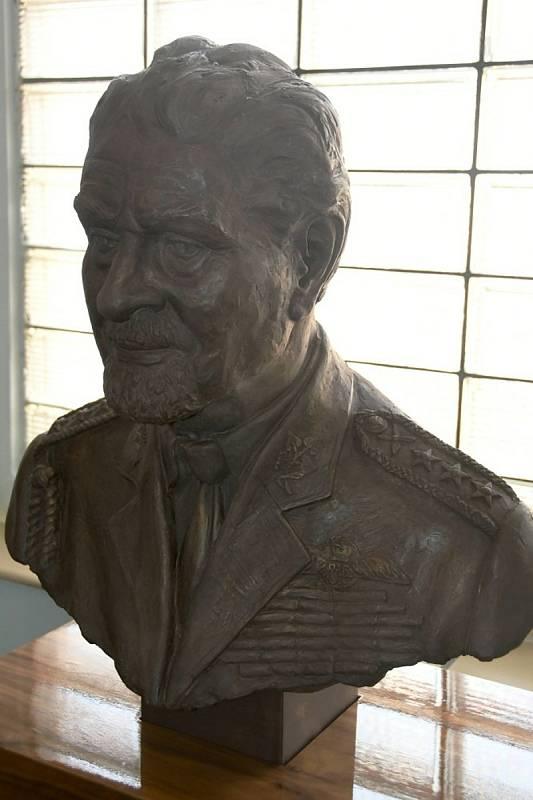 V pondělí 4. října tomu bylo 15 let, kdy zemřel generálporučík František Fajtl. K výročí byla v Obchodní akademii a Střední odborné škole gen. F. Fajtla v Lounech zpřístupněna busta tohoto válečného pilota.