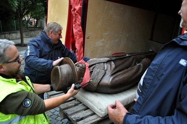 Socha T. G. Masaryka už je před lounskou základní školou J. A. Komenského