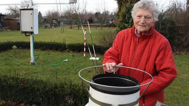 Marie Karasová má na své zahradě klimatologickou stanici.