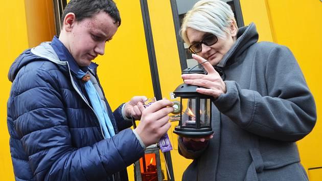 Skauti tradičně přivezli betlémské světlo na lounské nádraží