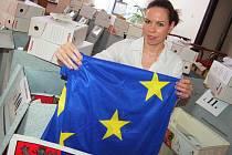 Monika Dušková ze žatecké radnice připravuje věci důležité a předepsané zákonem pro vybavení hlasovacích místností k evropským volbám.