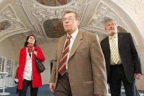 Petr Novák (vpředu), vedoucí odboru kultury a památkové péče Ústeckého kraje, ukazuje hostům slavnosti zrestaurované malby na stropech zámku v Jimlíně.