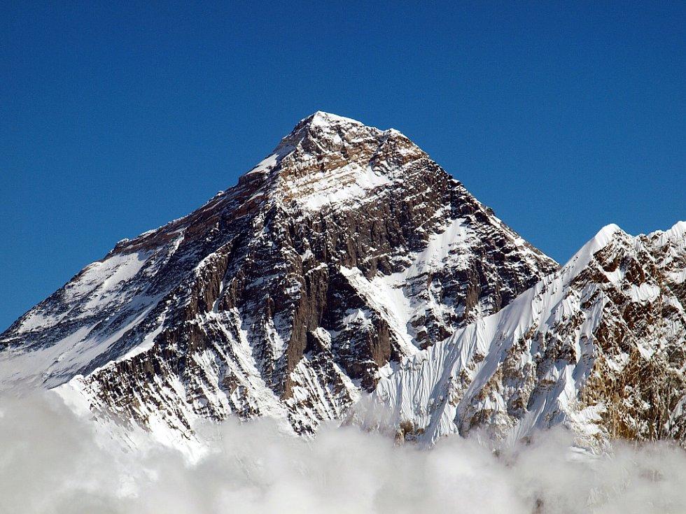 Vrchol nejvyšší hory světa, Mount Everestu. Takto téměř nadosah ho měli Petra a Štěpán při výstupu na vyhlídkovou horu Kala Pattar (5545 m.n.m.)