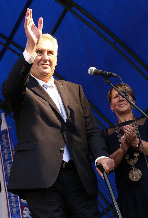 Prezident Miloš Zeman na návštěvě Žatce. Vpravo tamní