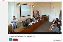 Záběr z on-line přenosu zastupitelstva Loun 22. června na portálu Youtube