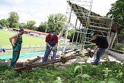 Demolice zastřešení tribuny na fotbalovém stadionu Slavoje Žatec