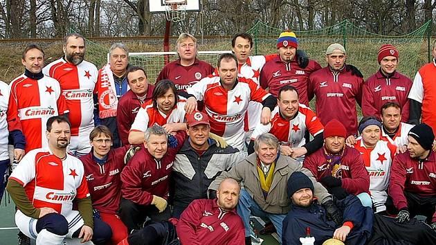 """Příznivci pražských """"S""""  se v Postoloprtech bavili fotbalem. Nebylo tak podstané, že Sparta vyhrála nad Slavií 18:9, jako to, že hráči a diváci udělali sbírku na mládež."""