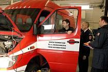 Dopravní vozidlo původně z Elektrárny Tušimice najde své nové uplatnění na stanici v Lounech. Na snímku uprostřed je Zdeněk Kustl během předávání vozu zástupcům HZS Ústeckého kraje.