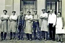 Historický snímek z Lenešic, pracovníci kantýny v areálu známého cukrovaru ve 30. letech.