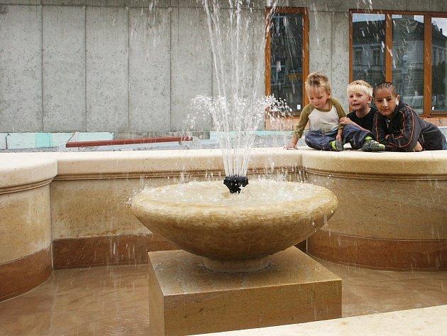 Honza Čerňák, Štefan Čerňák a Josef Katar (zleva) si hrají u nové kašny na Náměstíčku v Lounech.