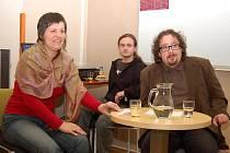 Věra Pokorná, zástupkyně ředitelky Městské knihovny Louny, Rostislav Glazer, pracovník knihovny (uprostřed) a Jan Beneš, moderátor besedy