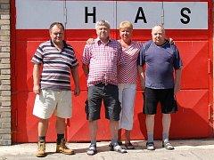 Oldřich a Miroslav Fridrichovi, Eva a Vlastimil Píchovi – čtyři z patnácti členů Sboru dobrovolných hasičů v Lenešicích.