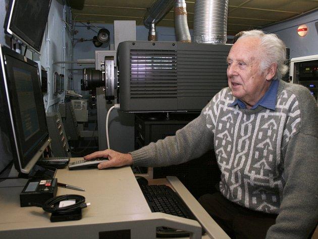 Pracovník kina Jaroslav Stříbrný v promítací kabině.