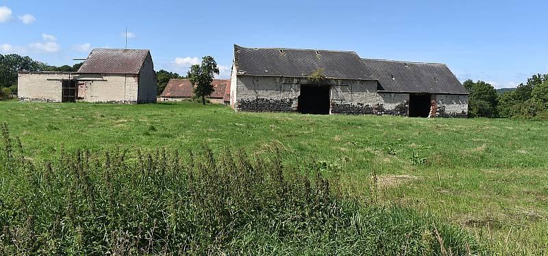 V malé vesničce Chmelištná na okraji vojenského prostoru v Doupovských horách na pomezí Podbořanska a Kadaňska funguje farma pro kontakt lidí se zvířaty a přírodou. Její duší je Václav Staněk.