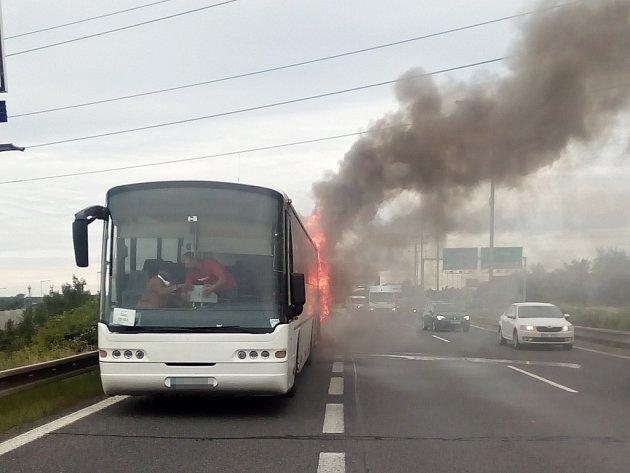 Hořící autobus na trase z Loun do Prahy