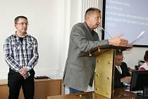 Jan Růžek hovoří na zasedání lounských zastupitelů. Vlevo nový ředitel strážníků Radek Baláš