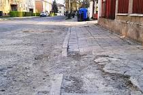 Rozbité chodníky v ulici Batří Čapků. Radnice v Žatci plánuje, že ještě letos v této lokalitě opraví nejen část této ulice, ale i chodníky v sousední Svatopluka Čecha a blízké Černobýla.