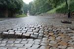 Voda trhala dlažební kostky i asfaltový koberec