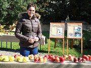 Karolína Šulganová si prohlíží vystavené ovoce na zahradě Křížovy vily