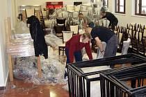 Pracovníci Vrchlického divadla včera na Zastávce pilně uklízeli a vybalovali nový nábytek, aby zařízení bylo dobře připraveno na svůj dnešní velký den.