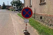 Značka zákaz zastavení s dodatkovou tabulkou, která se objevila o víkendu na návsi ve Stekníku.