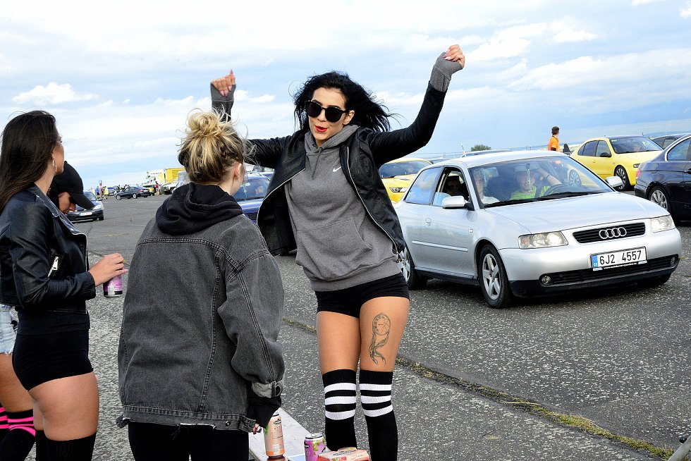 Na letišti v Panenském Týnci se sešli příznivci rychlých automobilů.