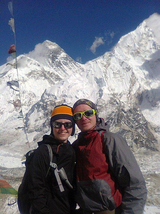 na hoře Kala Pattar (5545 m), za nimi vrchol Everestu