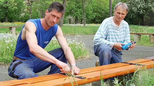 Jiří Canini (vlevo) a Miroslav Polanecký opravují lavičky v zámeckém parku v Postoloprtech. V květnu je poničili zloději. Vandalismus z města nezmizel a radnice nyní zakoupila fotopasti.