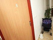 S bezvládným tělíčkem holčičky přišel otčím do bytu sousedky Anny Novákové a tam ji prý začal oživovat.