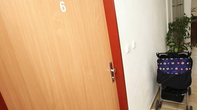 Dveře bytu, za kterými k hrůzné události pravděpodobně došlo. Právě za nimi dívenka se svou matkou a otčímem bydlela.