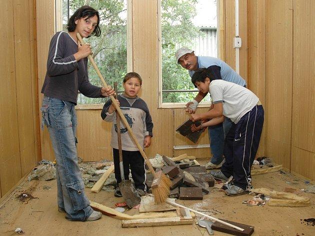 Antonín Milenko s rodinou v ubytovně pilně uklízeli. Nepořádek podle nich neudělali oni, ale předchozí neohlášení obyvatelé.