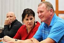 Podbořanští zastupitelé Václav Hančar a Lenka Hodková, v pozadí Petr Jambor, na středeční schůzi,  na které se schvaloval rozpočet města.
