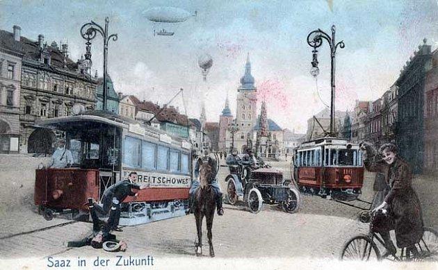 Pohlednice zdoby kolem roku 1905.Nad náměstím létají balóny a vzducholodě, před radnicí jezdí tramvaje. Na jedné je nápis Reitschowes (česky Radíčeves). Ivtom se skrývala ironie že tramvaje jednou možná dojedou až tam.