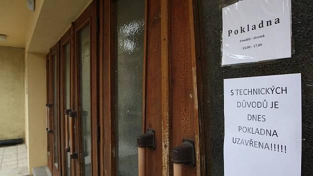 Divadlo v Žatci je zavřené.  Pracovníci stěhují zařízení, přímé přenosy z opery se budou totiž vysílat v KD Moskva.