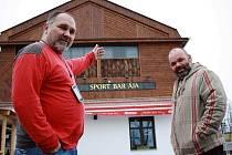 Radek Taraba (vlevo) a Roman Tvrdý před podnikem v Lounech, kde chtějí vařit pivo a obnovit slavnou tradici