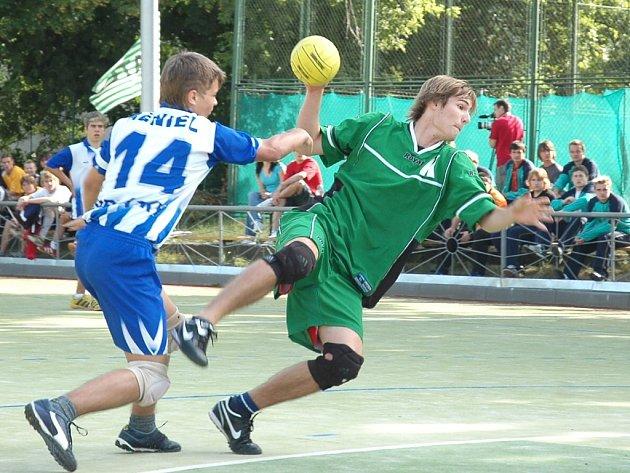 Pavel Sýkora (v zeleném) v zápase proti Podlázkám.