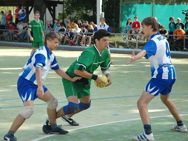 Jakub Hradiský (v zeleném) útočí na bránu Podlázek
