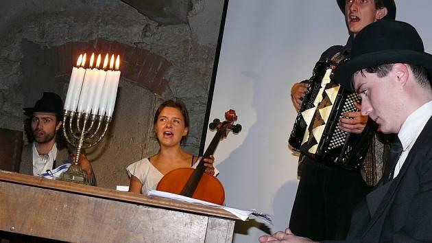 Hudební skupina Fekete Seretlek hraje židovské písně na sobotním setkání Magická Siřem.