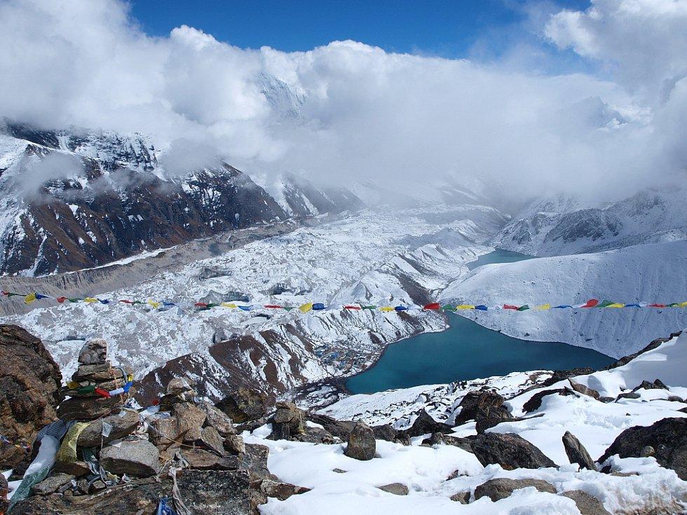 Výhled z hory Gokyo Ri (5357 m.n.m.) na okraji ledovce Ngozumpa. Při dobré viditelnosti lze odtud přehlédnout vrcholy Mt. Everestu, Cho Oyu (8217 m), Lhotse a Makalu