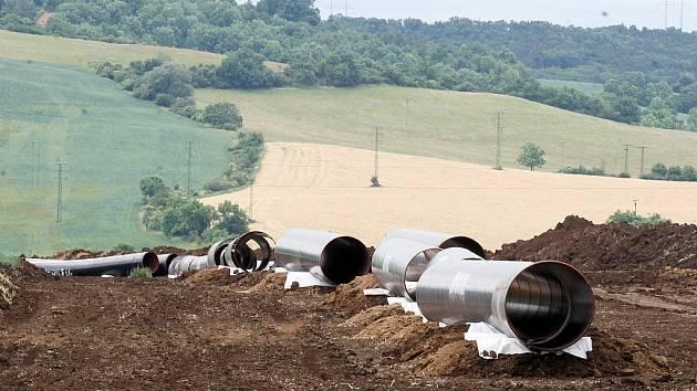 """Plynovod Gazela při stavbě na Žatecku a Podbořansku. Snímek je z blízkosti Žaboklik, kde se stavbaři """"podkopávali"""" pod silnicí Žatec - Kadaň."""