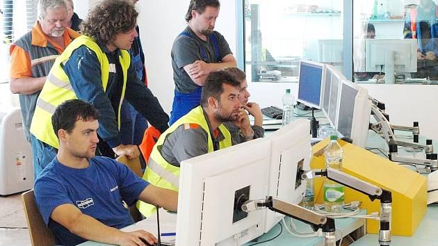 Chvíle soustředění nad obrazovkami v hlavní dozorně nového paroplynového zdroje během vyzkoušení parní turbíny.