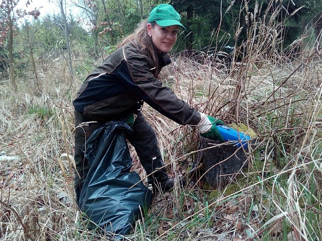 Anna Turková z Kryr pomáhá s úklidem černé skládky u jesenické křižovatky