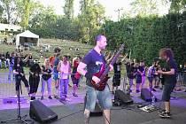Napříč Žánrům Fest v žateckém letním kině. Na snímku je mostecká kapela Deathstar s fanoušky.