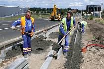Dělníci dokončují chodník u průmyslové zóny Alpka v Podbořanech.
