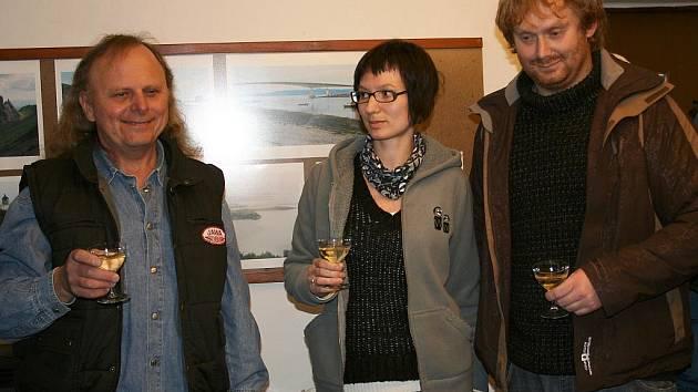Fotografie z cesty po Skotsku představili Nina Horová a Zdeněk Andrle. Vlevo je majitel galerie M. Blažek
