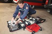 Všichni profesionální hasiči ze Skupiny ČEZ mají zdravotnické zkoušky. Patří mezi ně i počeradský Jindřich Martínek, strojník a zástupce velitele družstva. Na snímku kontroluje zdravotní materiál a prostředky první pomoci.