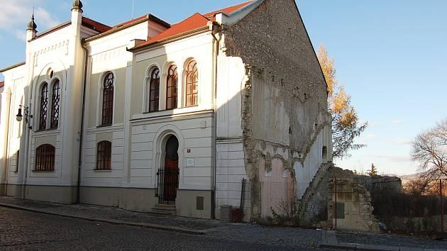 Po domě vedle synagogy v Lounech zbyla jen díra. I ta je ale památkově chráněná.