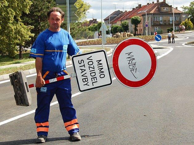 Zdeněk Rendl odstraňuje zákazovou značku nedaleko Plusu v Lounech.
