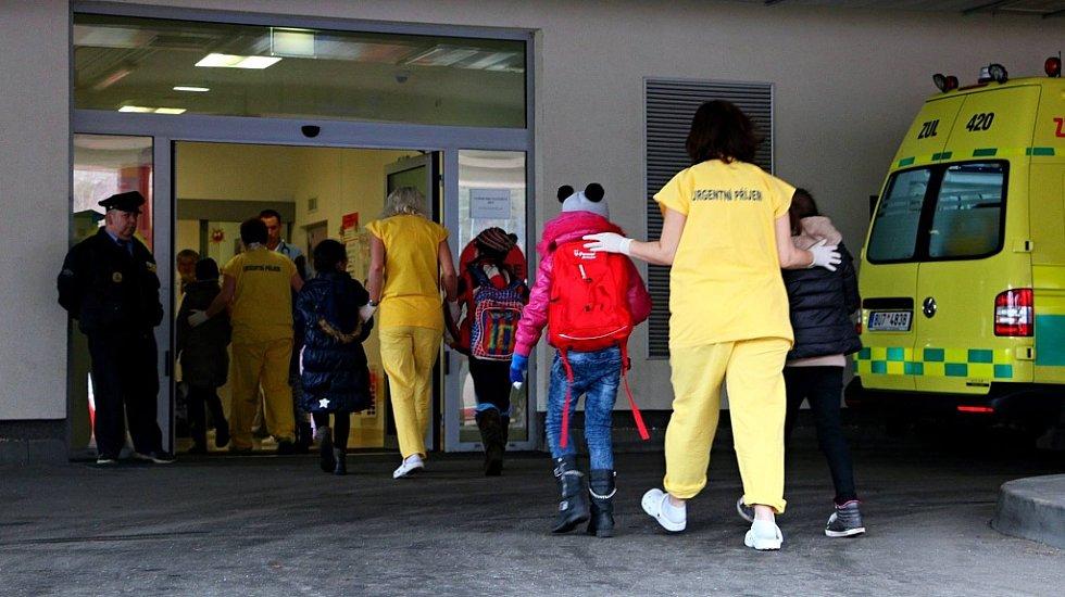Snímek, který na sociální síti zveřejnila fakultní nemocnice v pražském Motole ukazuje příjem dětí po nehodě autobusu u Panenského Týnce