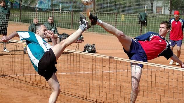 Vpravo na bloku úspěšný Michal Pecina.